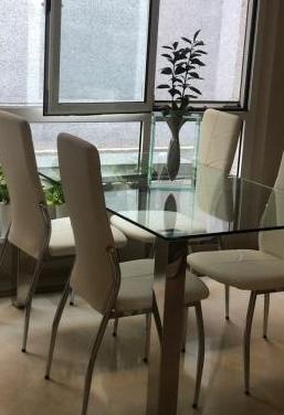 Mesa de comedor en cristal 4 sillas blancas