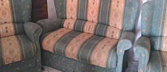 Sofá con dos butacas
