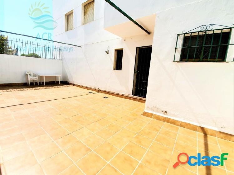 Gran oportunidad preciosa casa con patio de 70m2 y terraza orientación sur, incluido trastero y plaza de garaje.
