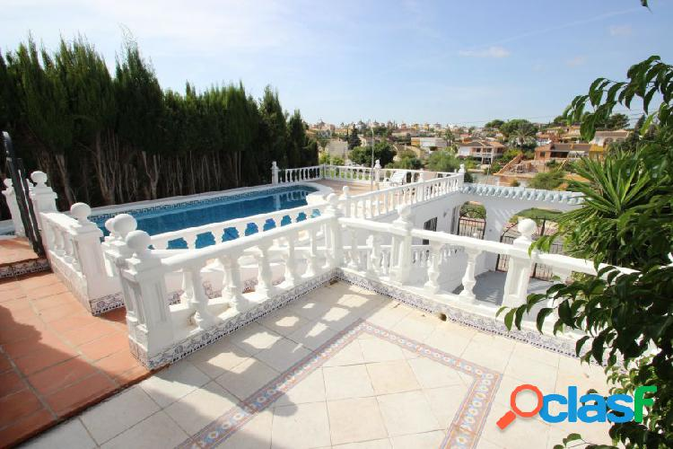 Magnífico Chalet con amplia parcela y piscina privada 1
