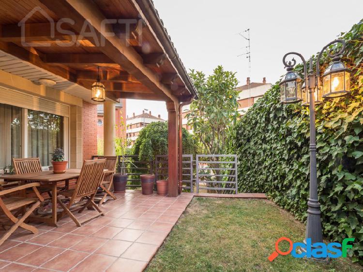 Increible casa pareada de 3 plantas con jardin, en urbanización privada con piscina.