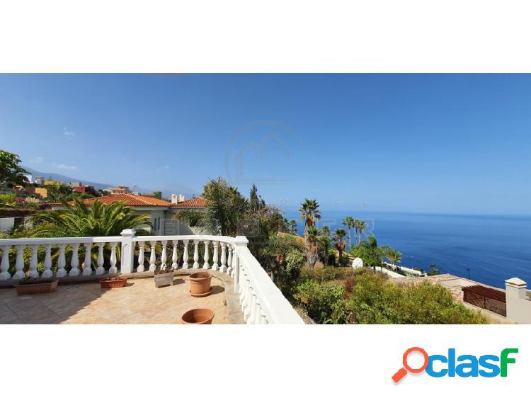 Amplio chalet con excelentes vistas en zona tranquila cerca del mar.