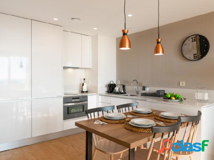 Apartamento Superior 1 dormitorio, 2 baños, Terraza independiente equipada con sillas, mesa y tumbonas. 2