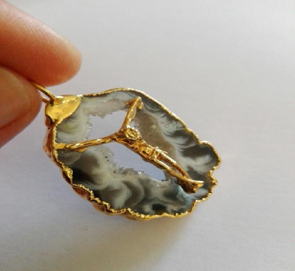 Bello colgante con ágata mineral y jesús en relieve metal