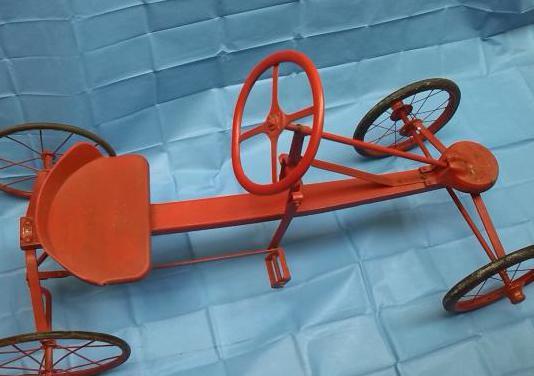 Coche pedales antiguo