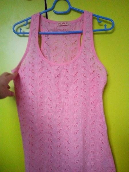 Camiseta de tirantes con flores bordadas caladas