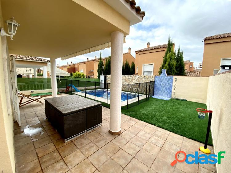 Expectacular pareado en venta con piscina