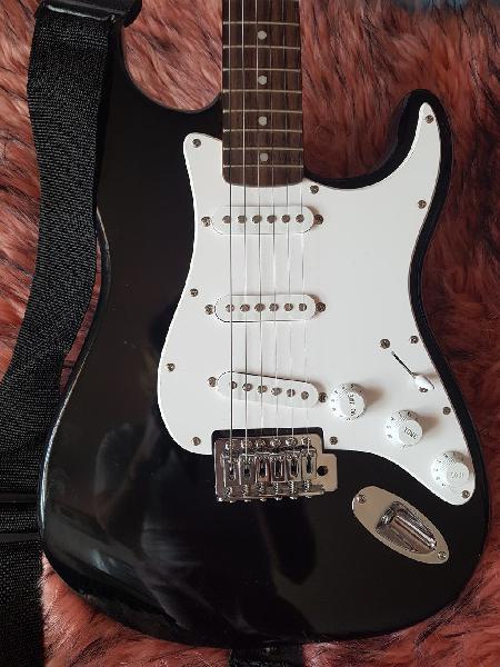Guitarra eléctrica tender. trípode. amplificador