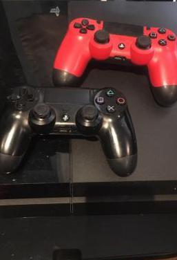 Play station 4 con dos mandos y juegos