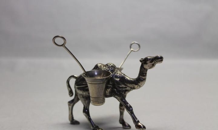 Salero pimentero de plata con forma de camello
