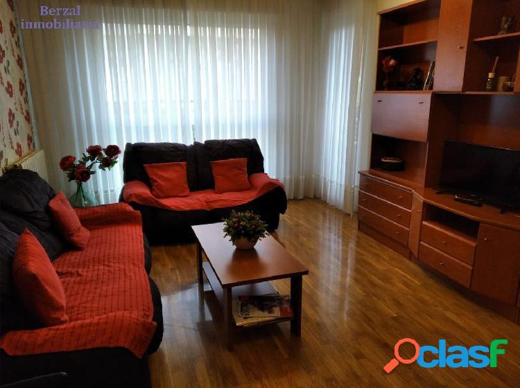 Piso de tres dormitorios con garaje, trastero y piscina comunitaria en zona Cascajos 1