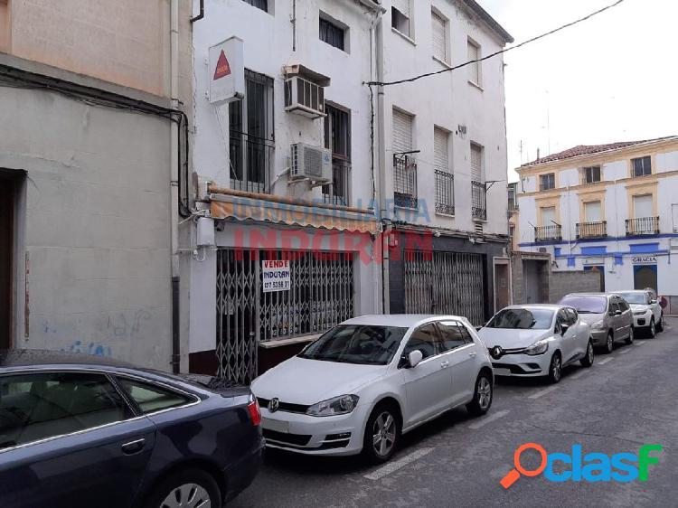 Local comercial de 120 m2, distribuidos en tres plantas, tienen un escaparate y está situado cerca del ayuntamiento (navalmoral de la mata)