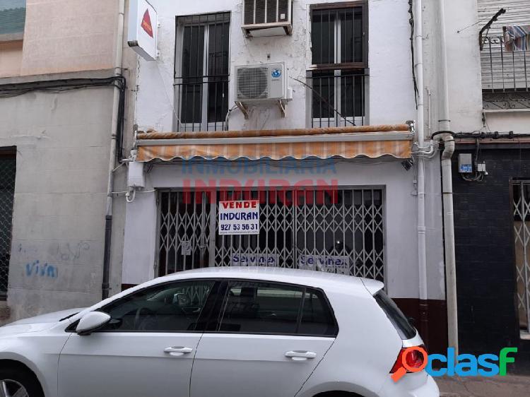 Local comercial de 120 m2, distribuidos en tres plantas, tienen un escaparate y está situado cerca del Ayuntamiento (Navalmoral de la mata) 1