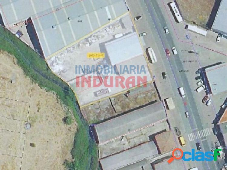 Solar industrial de 1900 m2 con dos naves, una de 250 m2 y otra de 130 m2, situado junto a la ctra. de jarandilla (navalmoral de la mata)