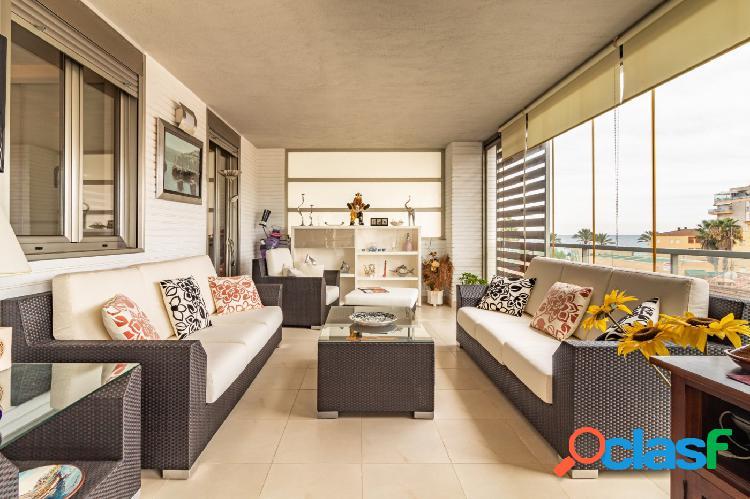 Apartamento con dos dormitorios y amplia terraza acristalada en segunda línea de playa