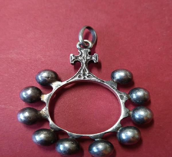 Antiguo colgante de plata redondo con pequeña cruz y