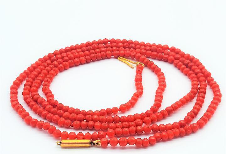 Delicado collar largo antiguo de cuentas de coral rojo