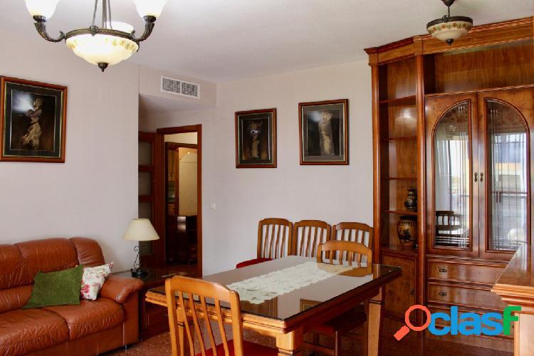 Vivienda de 4 dormitorios con plaza de garaje y trastero en Plaza de la Albolafia 2
