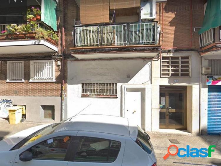 Local comercial convertido en vivienda en madrid zona pueblo nuevo