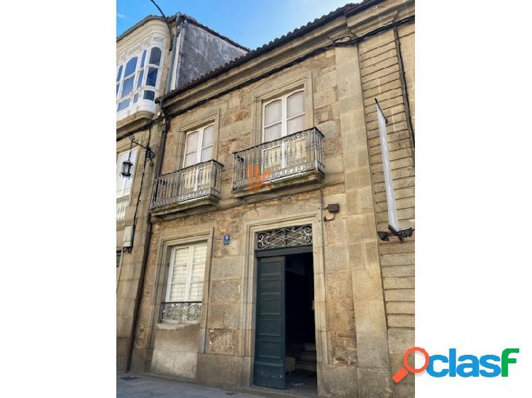 Bonita casa de piedra en el casco histórico de santiago con jardín.