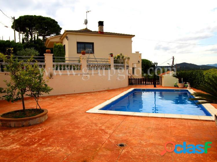 Casa con gran jardín y piscina.