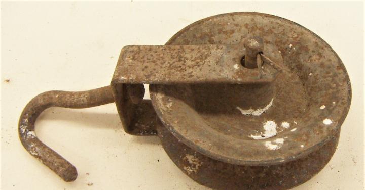 Antigua polea de hierro