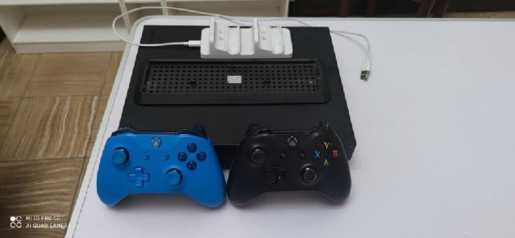 Xbox one x + mandos + carga + juegos + soporte