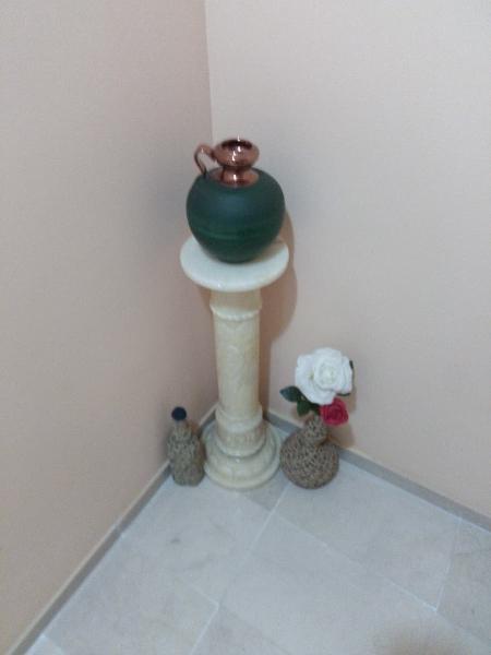 Pilar estilo romano iluminado con conjunto de jaro