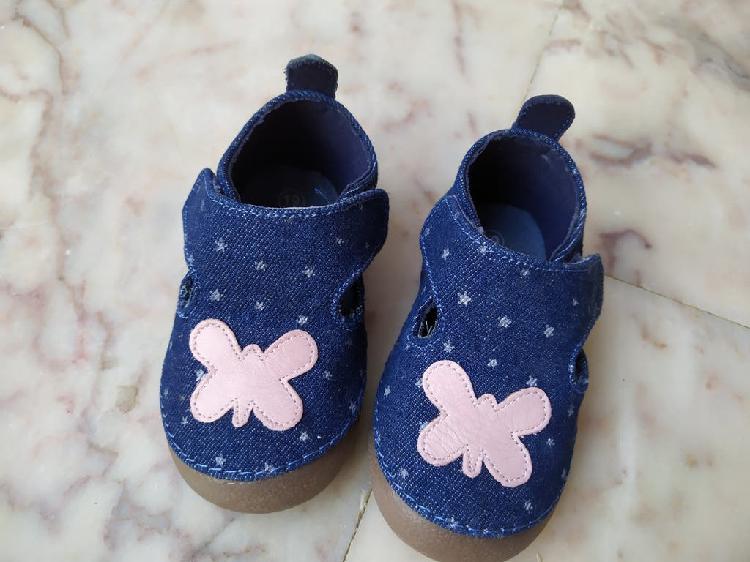 Zapatos bebé niña: gateo y primeros pasos