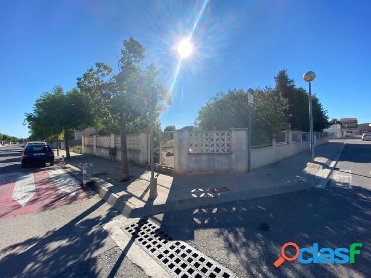 Parcela de más de 500 m2 a 3 calles en el ensanche del pueblo.