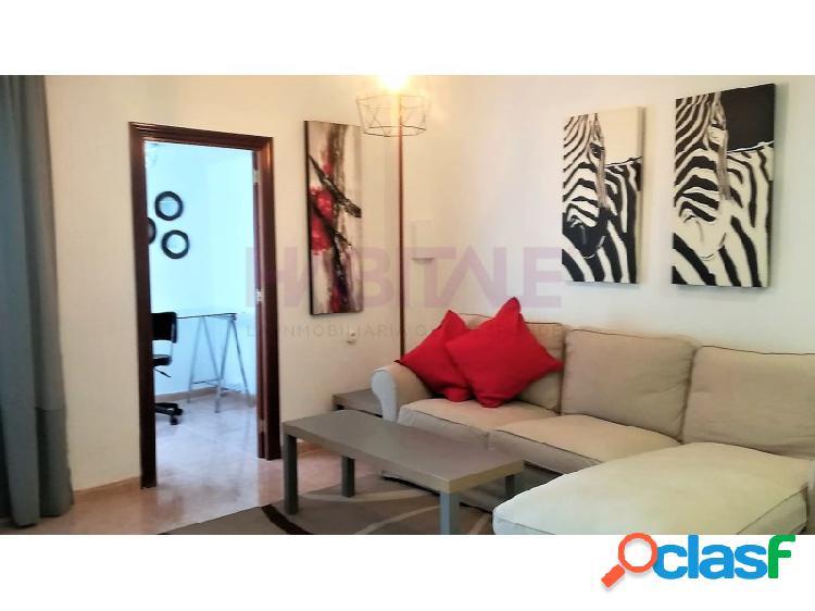Situado a escasos metros de la calle Marques de Campos y junto a la glorieta, nos encontramos con este luminoso y tranquilo piso reformado de tres dormitorios amueblado. 1