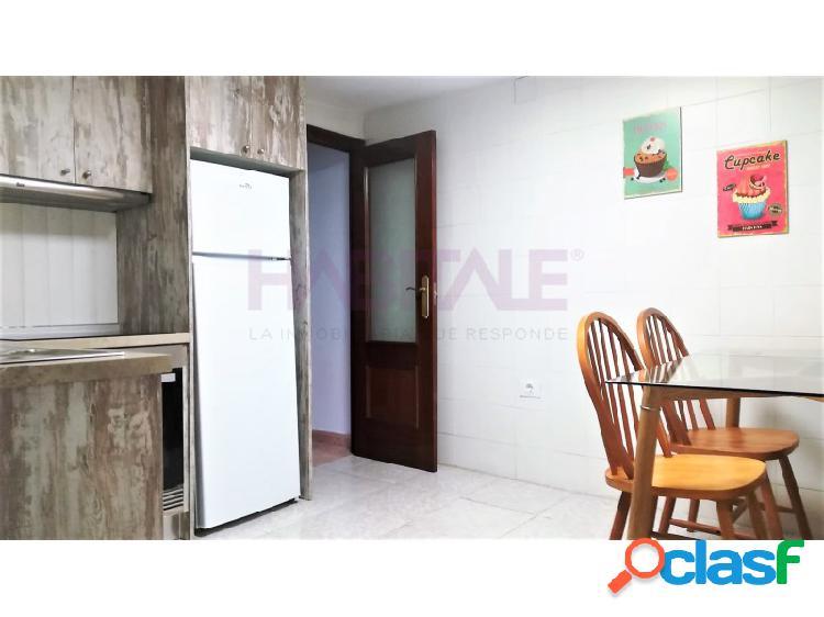 Situado a escasos metros de la calle Marques de Campos y junto a la glorieta, nos encontramos con este luminoso y tranquilo piso reformado de tres dormitorios amueblado. 2
