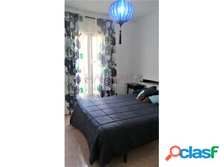 Situado a escasos metros de la calle Marques de Campos y junto a la glorieta, nos encontramos con este luminoso y tranquilo piso reformado de tres dormitorios amueblado. 3