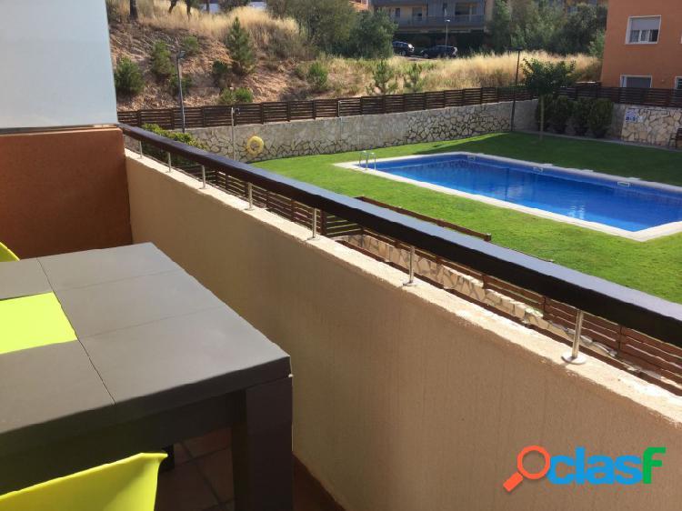 Elegante departamento con piscina comunitaria de agua salada y parking grande y cómodo, para 2 coches