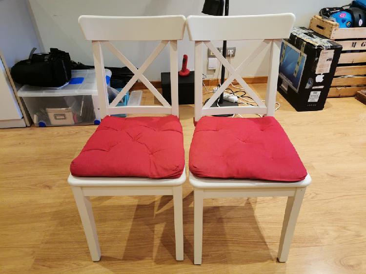 2 sillas madera blanca y cojin rojo