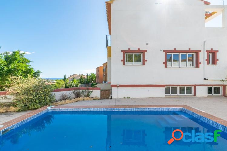 Chalet independiente con amplias estancias, piscina privada y vistas al mar en la nucia.