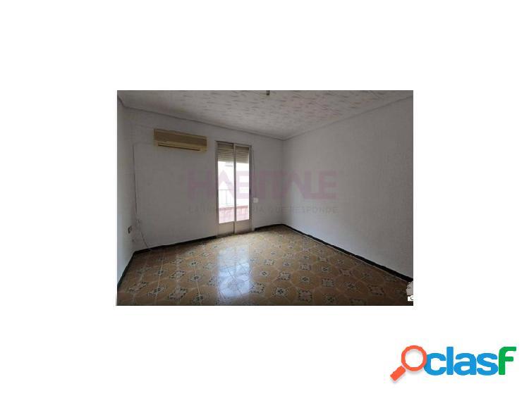 Vivienda situada en una tercera planta sin ascensor, dispone de 3 habitaciones y 1 cuarto de baño, comedor y cocina con galería y con una superficie aproximada de 66 m². la vivienda dispone d