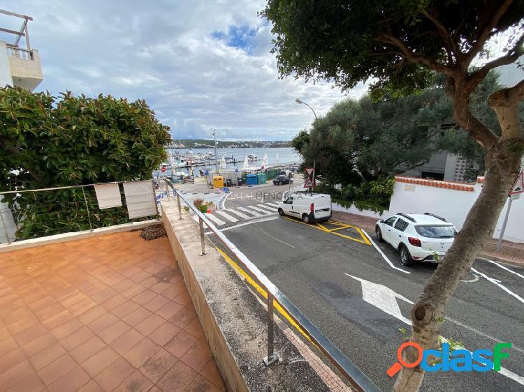 Piso de cuatro dormitorios, dos salones y dos baños con magnificas vistas al puerto.