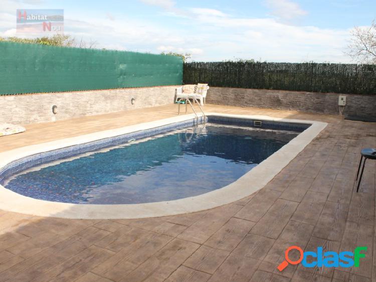 Casa adosada esquinera con piscina privada