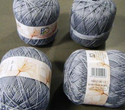 Cuatro madejas de lana gris perla