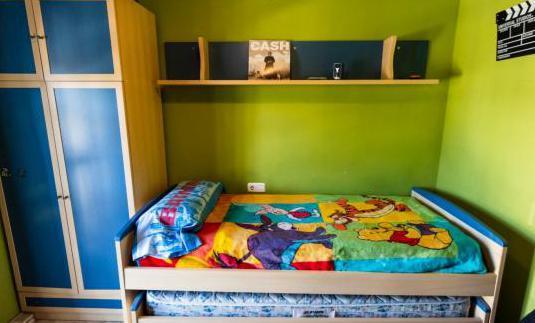 Dormitorio: cama nido armario estantería