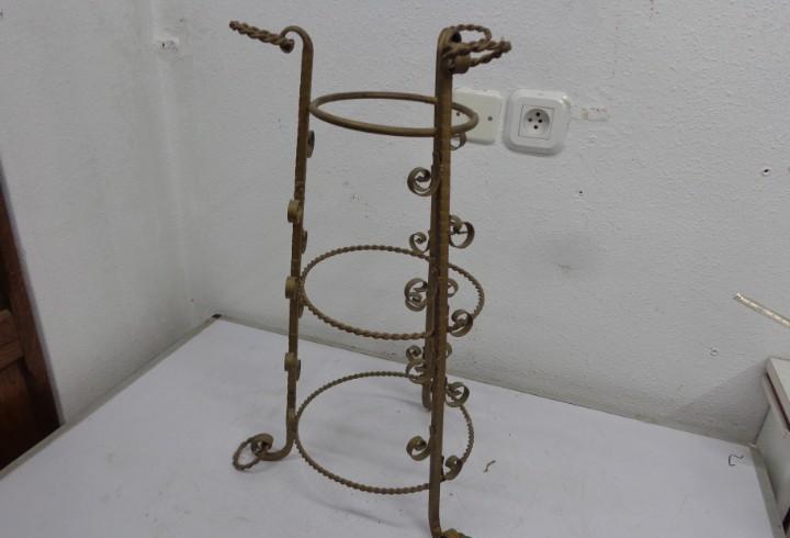 Antiguo paraguero de forja, patina de sus años pero