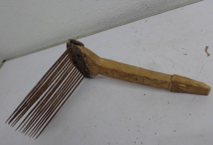 Muy antiguo y raro rascador o carda o ripio de lana o lino,