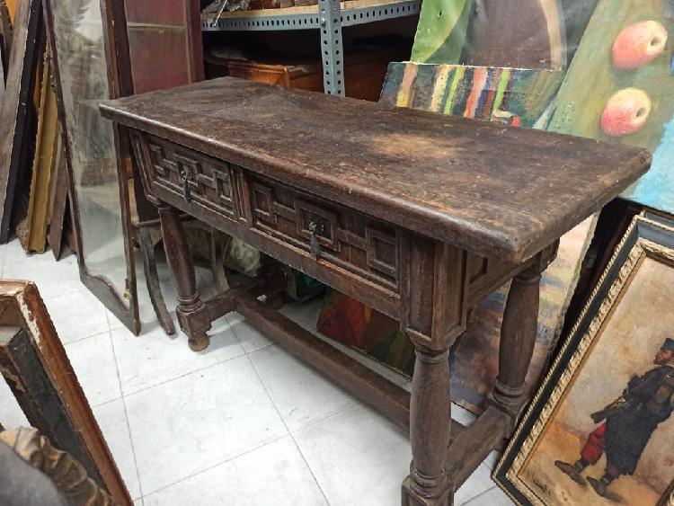 Antiguo mueble de madera maciza para recibidor