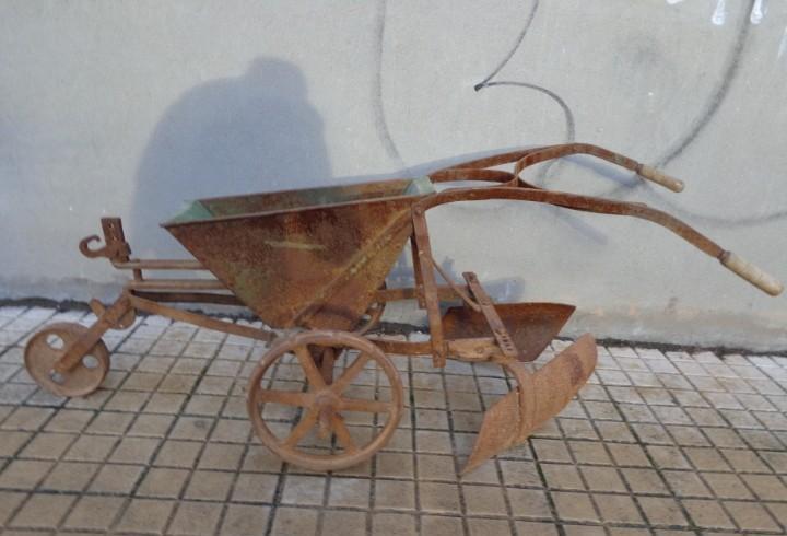100 años y bonita sembradora de alubias de forja y madera,