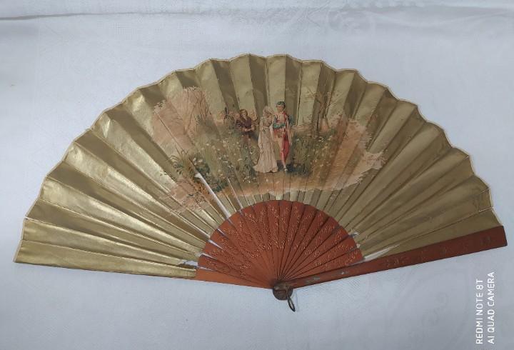 Antiguo abanico pericón de madera y país de papel dorado y