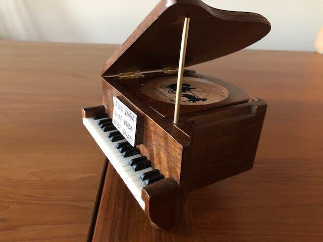 Piano de cola decorativo de madera con posavasos