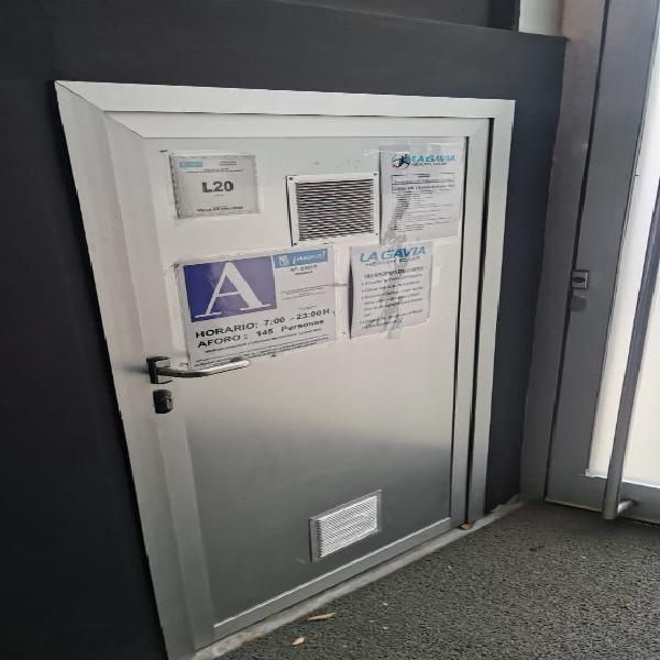 Puertas aluminio varias medidas y 1 emergencia