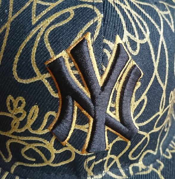 Gorra negra y dorada ny. nueva.