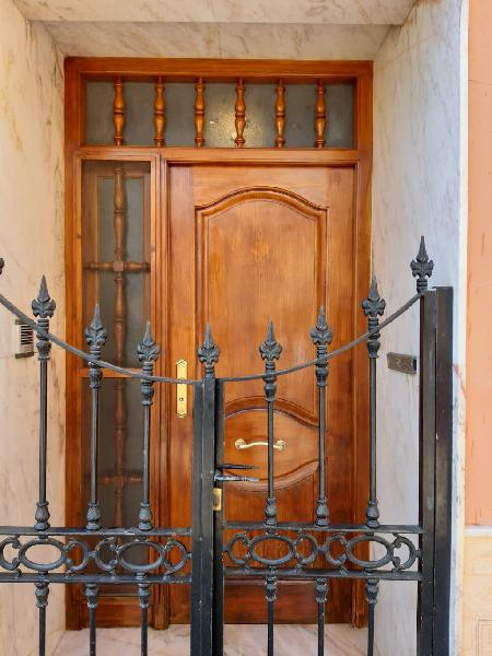 Se reparan puertas de madera .